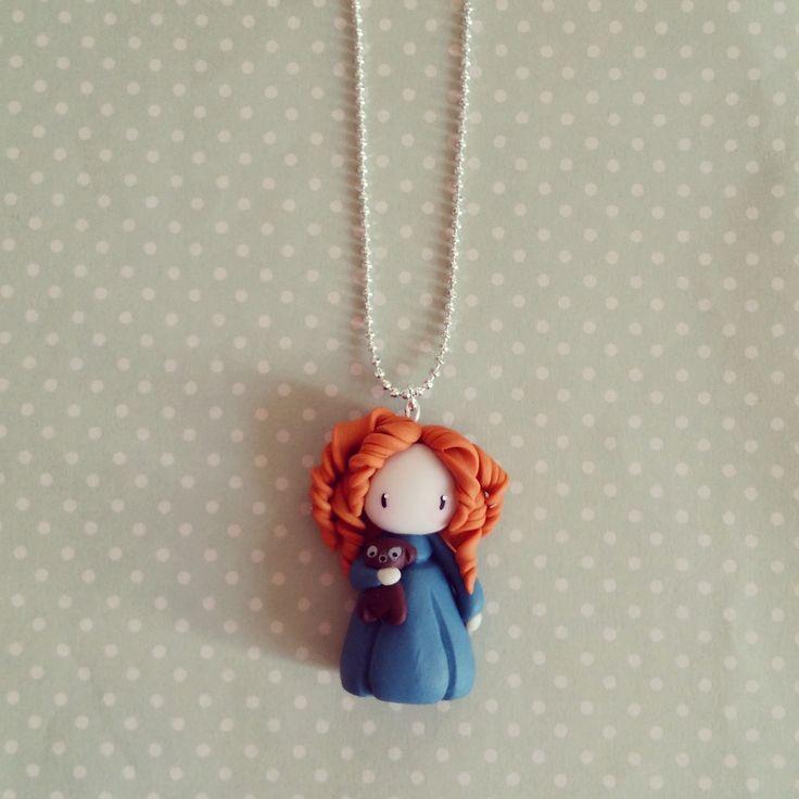 Un collier unique et poétique. Petite princesse modelée à la main en argile  polymère (marque Sculpey); taille environ. Chaîne à bille argentée taille  au