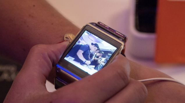 Samsung Gear S: Finally(?) a Smartwatch That Can Make Phone Calls - Samsung Gear S: Samsung just announced a smartwatch before than a data connection. The Samsung Gear S can create phone calls.
