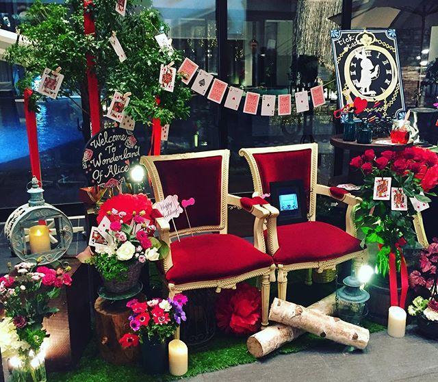 結婚式にフォトブースをコーディネート。みんなで楽しめるおもてなし。不思議の国のアリスをテーマにお作りしました。 #wedding#flower#sabae#fukui#japan#flowershop#hanahiro#Photobooth#ウェディング装飾#ブライダル装花#ブライダル#結婚式#披露宴#フォトプロップス#フォトブース#不思議の国のアリス#アリス#時計#トランプ#赤バラ#白バラ#深紅のチェアー#アネモネ#ディズニー#福井のウェディング#ララシャンスベルアミー#花屋#花ひろ#コーディネート#design