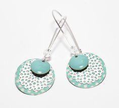 Boucles d'oreilles dormeuses estampes argentées et sequins turquoises : Boucles d'oreille par tourmaline-bijoux