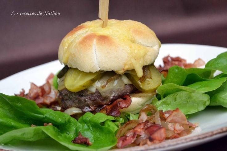Burger au lard fumé, comté et oignons confits au balsamique