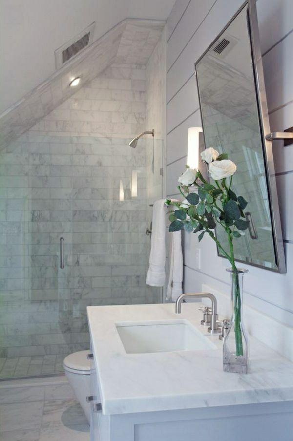 posez des fleurs dans la salle de bain moderne