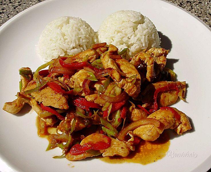 Jednoduchá rýchlovka z kuracích pŕs. Pikantné kuracie soté pripravujem zvlášť v letných mesiacoch, keď sa mi nechce tráviť čas v kuchyni dlhým vyváraním. Kuracie mäso je krehké a nasiaknuté chuťami použitej čerstvej zeleniny. Podávam ho s ryžou, ale chutné je aj s čerstvým chlebíkom.