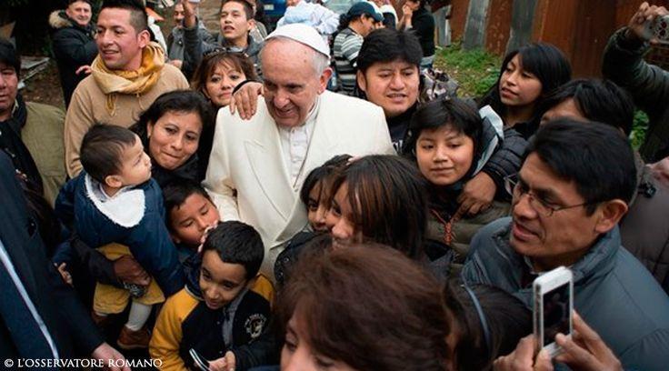 Volvió a sorprender. En la tarde del domingo, el Papa Francisco decidió hacer una parada de camino a la visita de una parroquia de la periferia de Roma, San Miguel Arcángel, en la zona de Pietralata, para saludar a los residentes de un barrio pobre, la mayoría de ellos inmigrantes. https://www.aciprensa.com/noticias/video-papa-francisco-visita-por-sorpresa-a-inmigrantes-pobres-en-la-periferia-de-roma-93255/