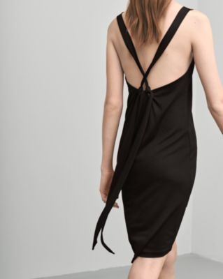 A slightly a-lined top in a luxurious silk blend velvet. Fine spagetti straps that are crossed at the back.  <br> <br> - Luxurious silk blend velvet <br> - Slightly A-line <br> - Fine crossed straps <br>