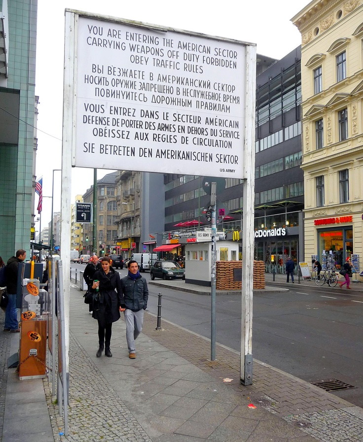 Berlin. McDonald's al Check Point Charly.