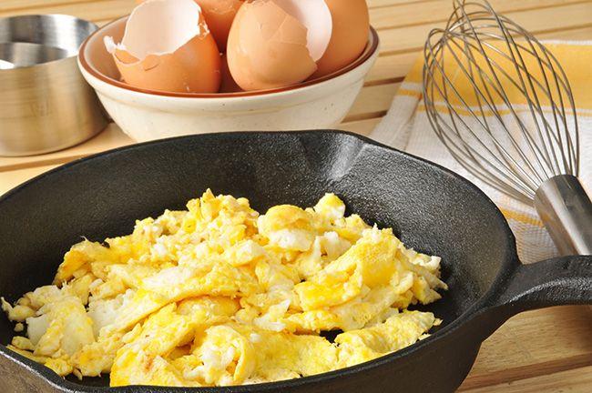 Ovos mexidos e frutos vermelhos - Pequenos-almoços para manter a barriga lisa