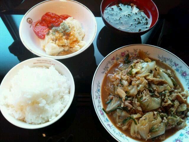 2013年6月12日(水)  回鍋肉風野菜炒め: キャベツ2分の1玉、玉ねぎ1個、ニラ1束、豚肉1パック、甜麺醤、鶏ガラだしの素  豚肉を塩コショウで炒めて、火が通ったらどける。野菜を炒めてから、鶏ガラを入れて蓋をして蒸す。肉を入れて甜麺醤で仕上げる。  しいたけのお吸い物: 生しいたけ4個、味つけ海苔2つ、だしの素1パック  マッシュポテト焼きトマト添え: ジャガイモ2個、トマト1個  ジャガイモをラップしてレンジで3~5分チン。マヨネーズ、塩コショウで味つけしながらマッシュ。オリーブオイルでトマトを焼く。   初めて甜麺醤を使ったのだけれど、あまりの美味しさにびっくり!!これはハマる。マッ - 4件のもぐもぐ - 回鍋肉風野菜炒め、しいたけのお吸い物、マッシュポテト焼きトマト添え by マロ