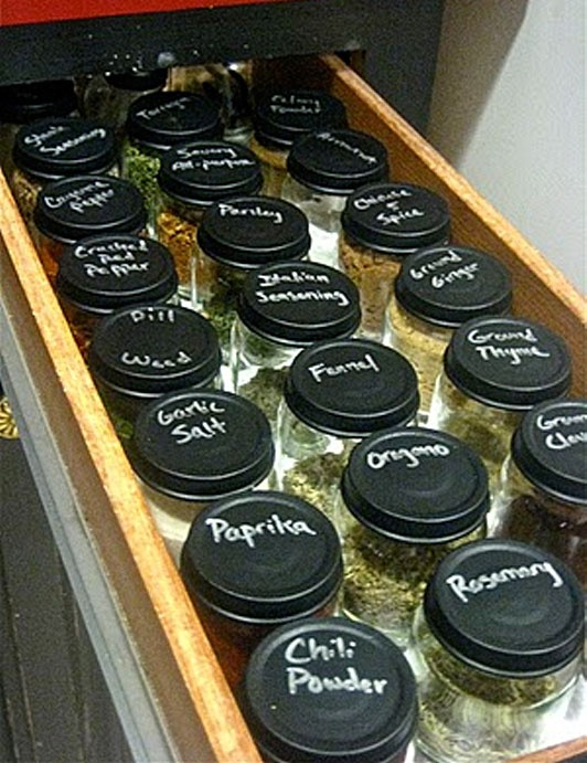Chalkboard painted baby food jars to store herbs and spices. Clever, inexpensive idea.
