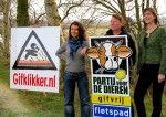 Esther Ouwehand en Anja Hazekamp voeren met lijsttrekker Edith van der Horst actie bij gifakker in de gemeente Vlagtwedde
