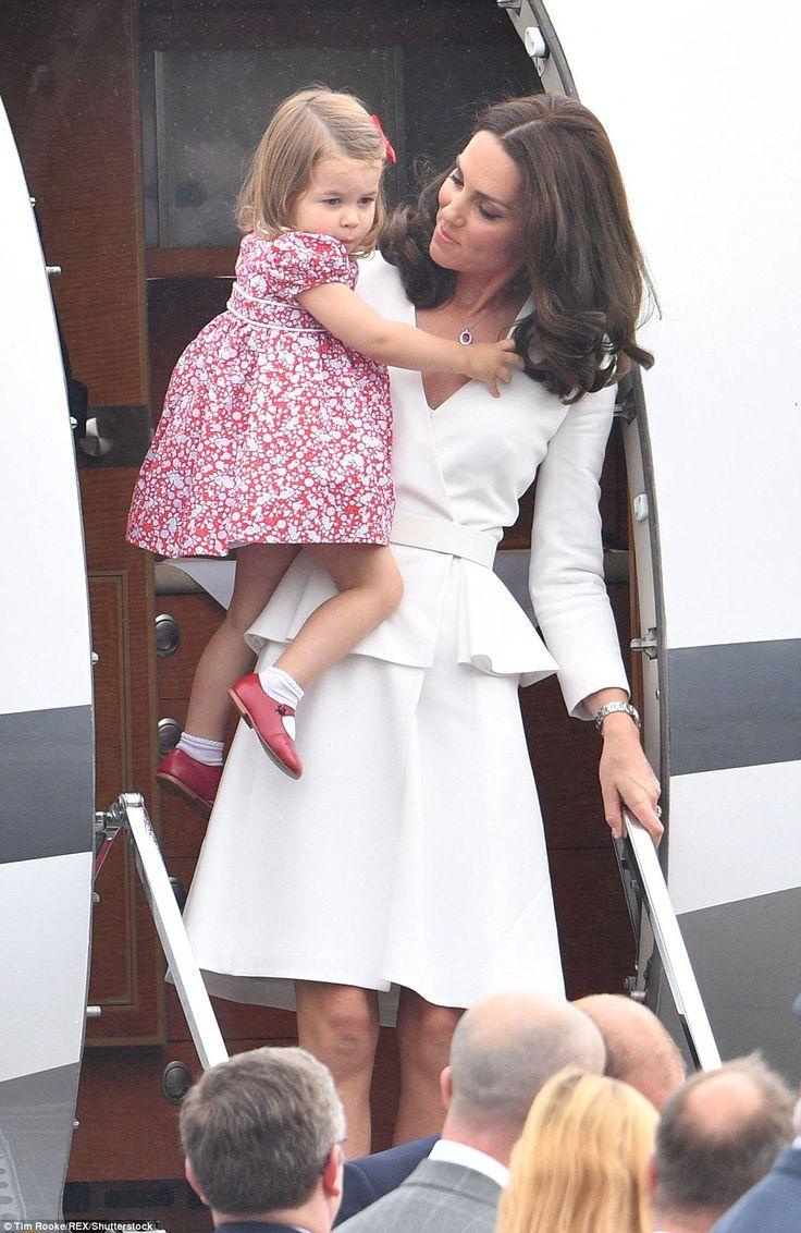 Prinses Charlotte was vrij als een afbeelding in een gebloemde jurk met schattige rode schoenen en witte sokken