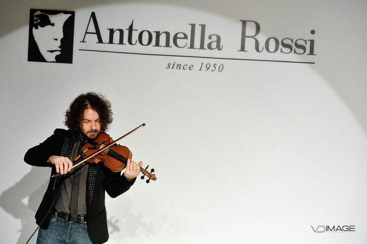 Il musicista Andrea Di Cesare apre la Sfilata Antonella Rossi Collezione Africa