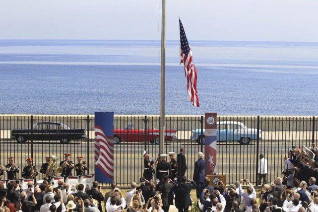 14 août 2015 - Le drapeau américain flotte à nouveau à Cuba : Cinquante-quatre ans après avoir été baissé, le drapeau américain flotte à nouveau devant l'ambassade des États-Unis à Cuba, hissé vendredi en présence du secrétaire d'État John Kerry qui a salué une étape « historique » dans la réconciliation entre ces deux ex-pays ennemis.