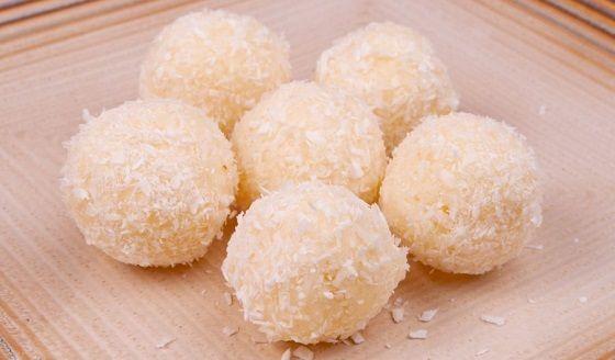 Ve druhém díle našeho vánočního speciálu Vás naučíme, jak si připravit zdravé nepečené cukroví. Nebude chybět oblíbené kokosové raffaello