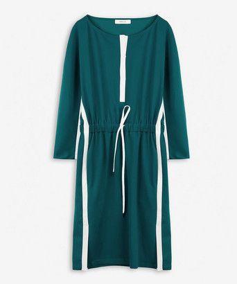 Jurk tiffanyss - <ul><li>Sportieve jurk</li><li>Gemaakt van een kreukvrije stof met stretch voor extra comfort</li><li>Met contrasterende banen langs zijnaad en bij de sluiting</li><li>Aangeknipte mouw</li><li>Verstelbaar koord in de taille</li><li>Gemaakt in ons atelier in Turkije</li></ul>
