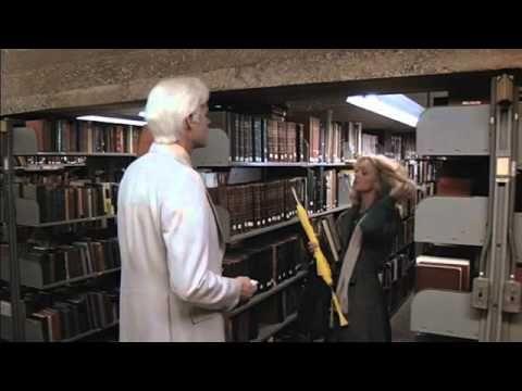 Foul Play (1978) = Juego peligroso / Colin Higgins. Gloria Mundy es perseguida por un albino en la Biblioteca Pública de San Francisco