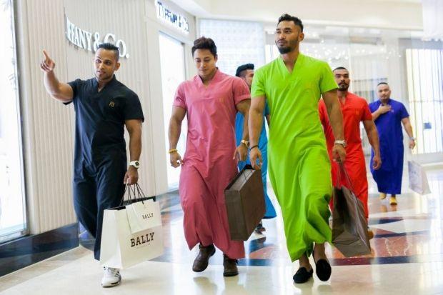 Pakaian tradisional Melayu diancam fesyen jubah moden?   Baru-baru ini sebuah syarikat Malaysia dilapor telah memperkenalkan jubah versi moden yang dinamakan sebagai Jubah Pahlawan atau Jubah Sado yang kemunculannya mendapat pelbagai reaksi seperti dikatakan terlalu ketat (kerana digayakan oleh model bertubuh sado).  Namun ia dikatakan mempunyai beberapa keistimewaan yang antaranya berlengan pendek bagi memudahkan si pemakainya mengambil wuduk serta mempunyai poket yang boleh memuatkan…