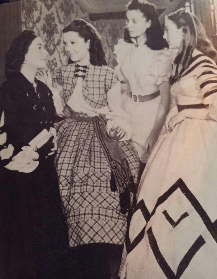 De meisjes O'Hara verdringen zich om hun moeder met vragen en uitroepen over de jurken,die zij de andere dag op de barbeque zullen dragen Foto's uit de privé collectie Van Eddy Brunelli