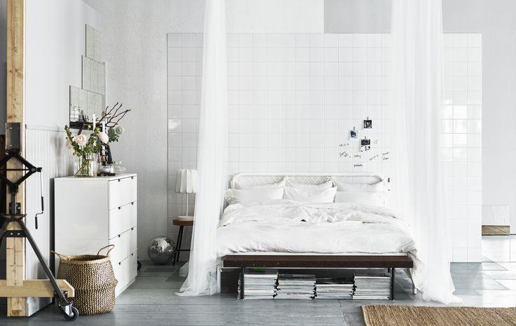 NESTTUN bed | #IKEA #IKEAnl #inspiratie #slaapkamer #wit #tegels #SINNERLIG #bank #hemelbed #gordijnen