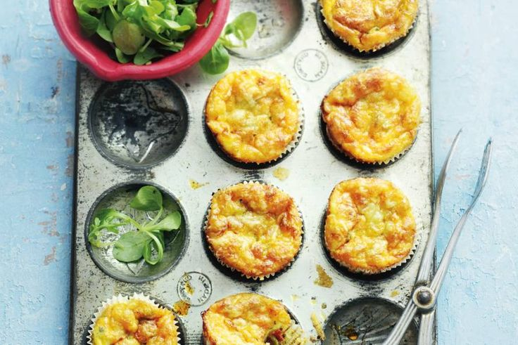 Een frittata bak je eigenlijk in een koekenpan, deze variant bakken we in een muffinvorm: zo krijg je 'cupcakes' die supervrolijk staan op tafel - Recept - Allerhande