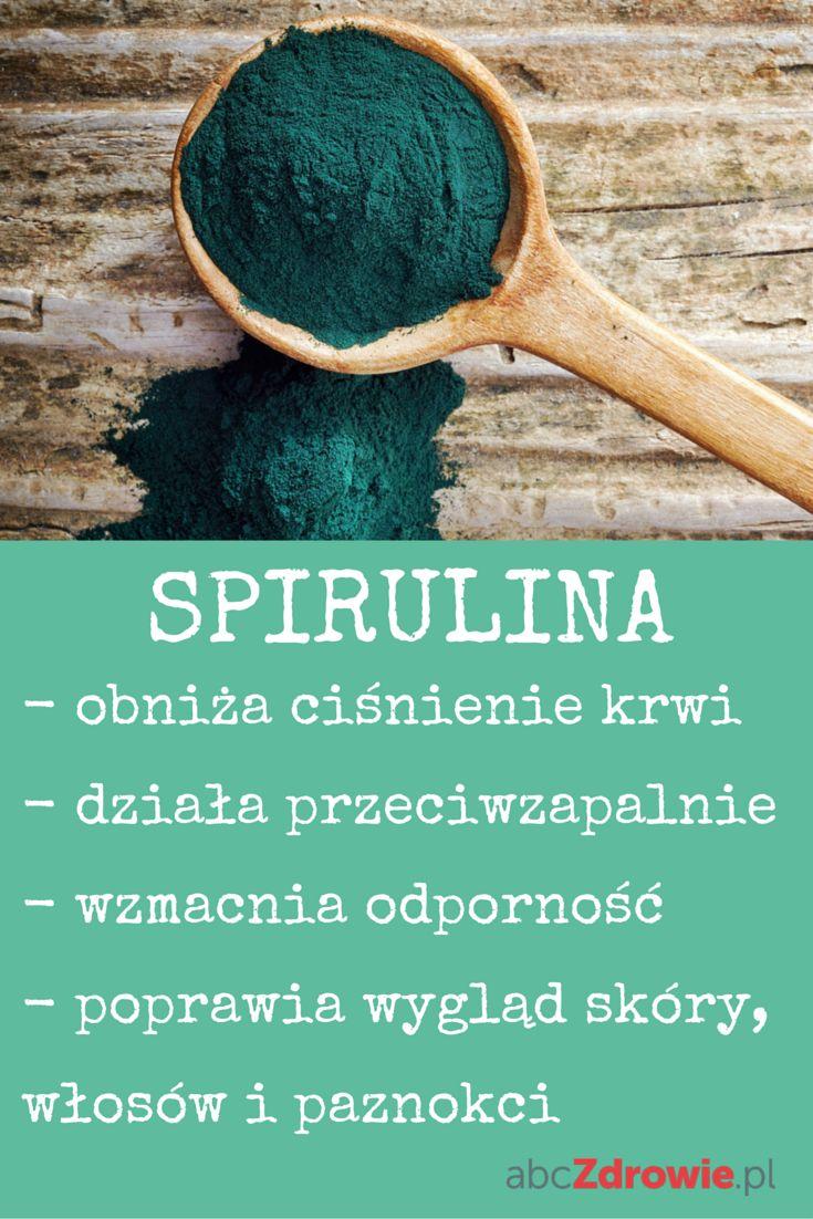 """Czy kiedykolwiek słyszałeś o spirulinie? To szmaragdowo-zielona alga, która ma kształt spirali. Z uwagi na wysokie stężenie bardzo rzadkiego kwasu gamma-linolenowego (GLA) określa się ją mianem """"mleka Matki Ziemi"""". Spirulina nie tylko jest produktem kosmetycznym – poprawia wygląd skóry, włosów i paznokci, ale także posiada szereg właściwości zdrowotnych. Jedna roślina, która leczy niemal całe ciało! #spirulina #superfoods #superprodukty #healthy #algi #zdrowie #jedzenie #abcZdrowie"""