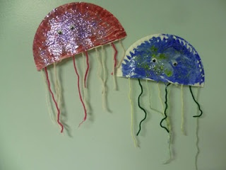Glitter Paper Plate Jellyfish Craft Looks even better in person. So sparly! Fun kid craft for both toddler, preschool & early elementary kids