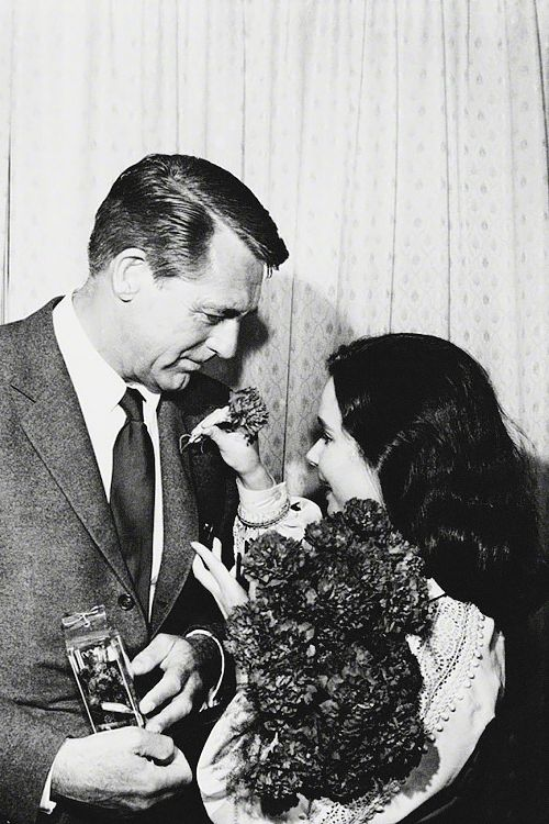 Cary Grant with fan in Berlin