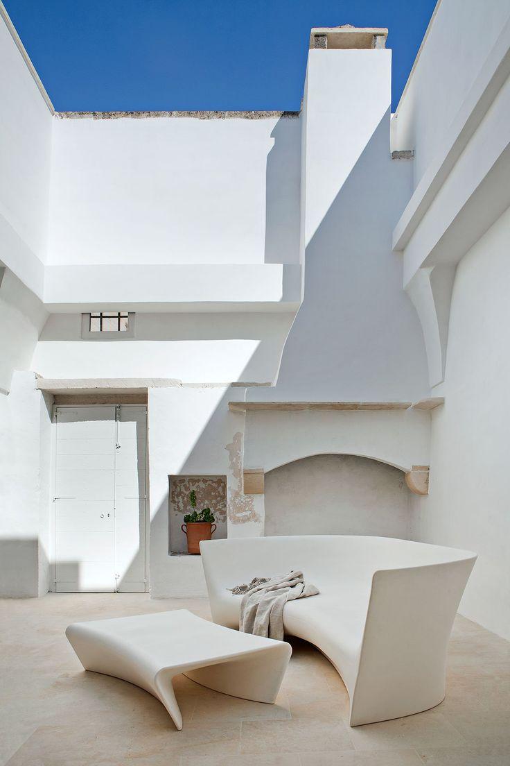 Cortile con elementi moderni in ambiente rustico - divano e tavolino in polietilene