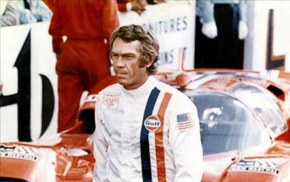 Steve McQueen, il mito continua: l'asta per la sua tuta da corsa è da record - Record all'asta per la tuta da corsa indossata dall'attore mito Steve McQueen nel corso delle riprese del film Le 24 Ore di Le Mans che è stata venduta per 984mila dollari ad un collezionista