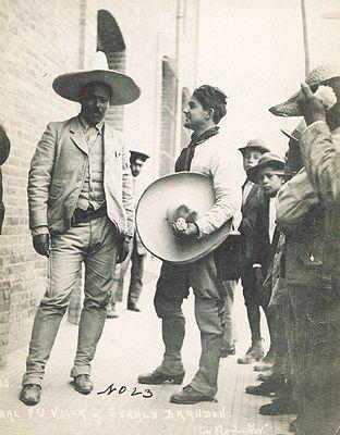 El Caudillo del Norte trajeado y con sombrero.  Pancho Villa dressed up.