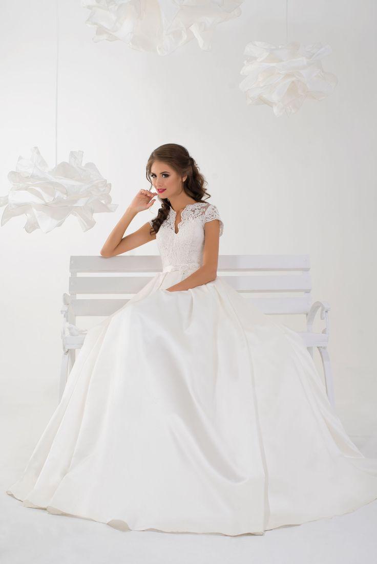 Jednoduché svadobné šaty s čipkovaným vrškom a s rukávmi na šnúrovačku