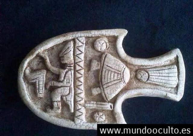Una cerámica en miniatura maya, la cual representa a un ser de características no humanas (de cráneo alargado), manipulando los controles de