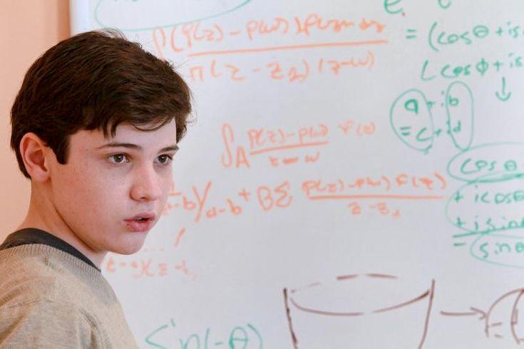Вундеркинды нашего времени: 12 самых молодых выпускников ВУЗов http://kleinburd.ru/news/vunderkindy-nashego-vremeni-12-samyx-molodyx-vypusknikov-vuzov/  Для большинства людей учеба в ВУЗе – своего рода ступенька во взрослую жизнь, переход от пубертата к зрелости. Но иногда встречаются уникальные студенты, вставшие на эту ступеньку в таком юном возрасте, что их еще и подростками-то назвать нельзя. Учебная программа ВУЗа достаточно сложна даже для взрослого, и если ее с легкостью осваивает…