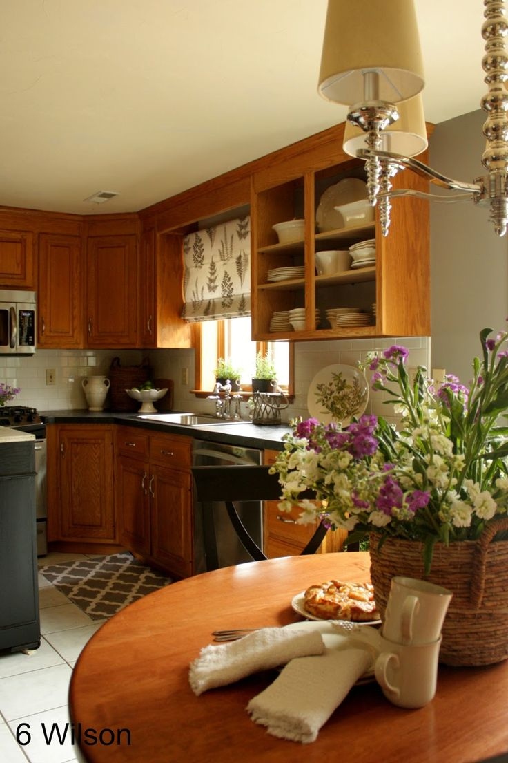 25 basta honey oak cabinets ideerna pa pinterest for Kitchen cabinets lowes with fleur papier crepon