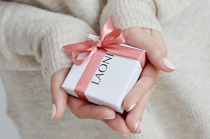Jak wybrać prezent dla dziewczyny? Zobacz nasz poradnik: http://laoni.pl/prezent-dla-dziewczyny-najlepszy-poradnik-prezentowy