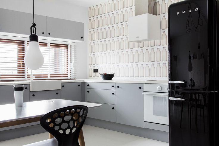 Жалюзи на кухню: советы по выбору и 35+ эстетически верных решений для дома http://happymodern.ru/zhalyuzi-na-kuxnyu-35-foto-kakoe-vybrat/ Белые жалюзи на кухне в классических черно-белых тонах с оригинальным акцентом на отделке стены над рабочей поверхностью столешницы Смотри больше http://happymodern.ru/zhalyuzi-na-kuxnyu-35-foto-kakoe-vybrat/