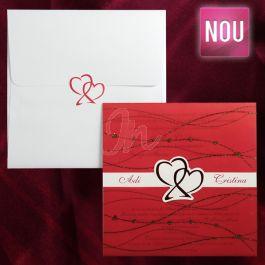 Invitatia este compusa dintr-un carton alb unde este tiparit textul avand in mijloc doua inimioare rosii care se prind de calcul rosu cu insertii lacuite cu un efect stralucitor in relief (gliter), ce acopera textul. Numele celor doi  miri iese in evidenta de o parte si alta a celor  doua inimioare. Acelasi inimioare se regasesc pe plic.  Plicul este inclus in pret  #invitatie de #nunta #mirese #miri #invitatii #elegante #originale