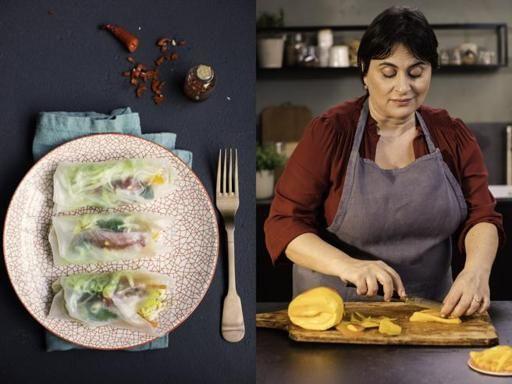 Ingredienti (per 18 rolls):  18 fogli di carta di riso, 150 grammi di gamberi, 100 grammi di lattuga  iceberg, 75 grammi di carote, 40 grammi di germogli di soia, due lime, la polpa  di un mango un po' acerbo, foglie di basilico, coriandolo e menta, olio  extravergine d'oliva, sale e pepe. Per la salsa nuoc cham: 2 spicchi d'aglio,  un peperoncino rosso senza semi tagliato a pezzettini, 6 cucchiaini di zucchero  di canna, succo di lime, salsa di pesce.  Preparazione:  Cominciate preparando…