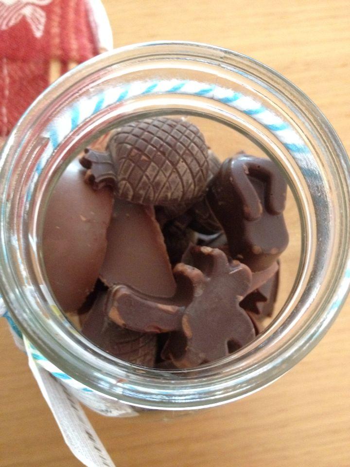 Zelf chocolaatjes maken voor juf. Smelt chocolade, giet het in ijsblokvormpjes, zet in de koelkast en laat het hard worden. Doe de chocolaatjes in een leuke pot (bijv van de HEMA) , inpakken en je hebt een leuk, zelfgemaakt cadeau!