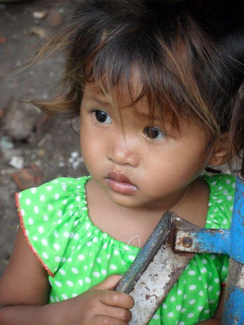 A pobreza é a principal arma do turismo de Phnom Penh. É triste mas é a crua realidade. Deambular pelas ruas da capital do Cambodja é um exercício de fortificação para os corações mais frágeis. Há pedintes por todo o lado, especialmente mulheres e crianças. Se na Índia a pobreza incomoda, aqui mais do que …