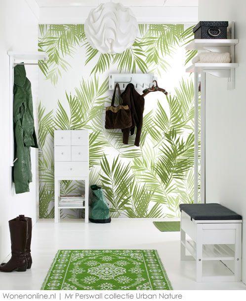 Een druk behang maar toch zo rustgevend. Door urban jungle te combineren met wit creëer je een oase van rust.
