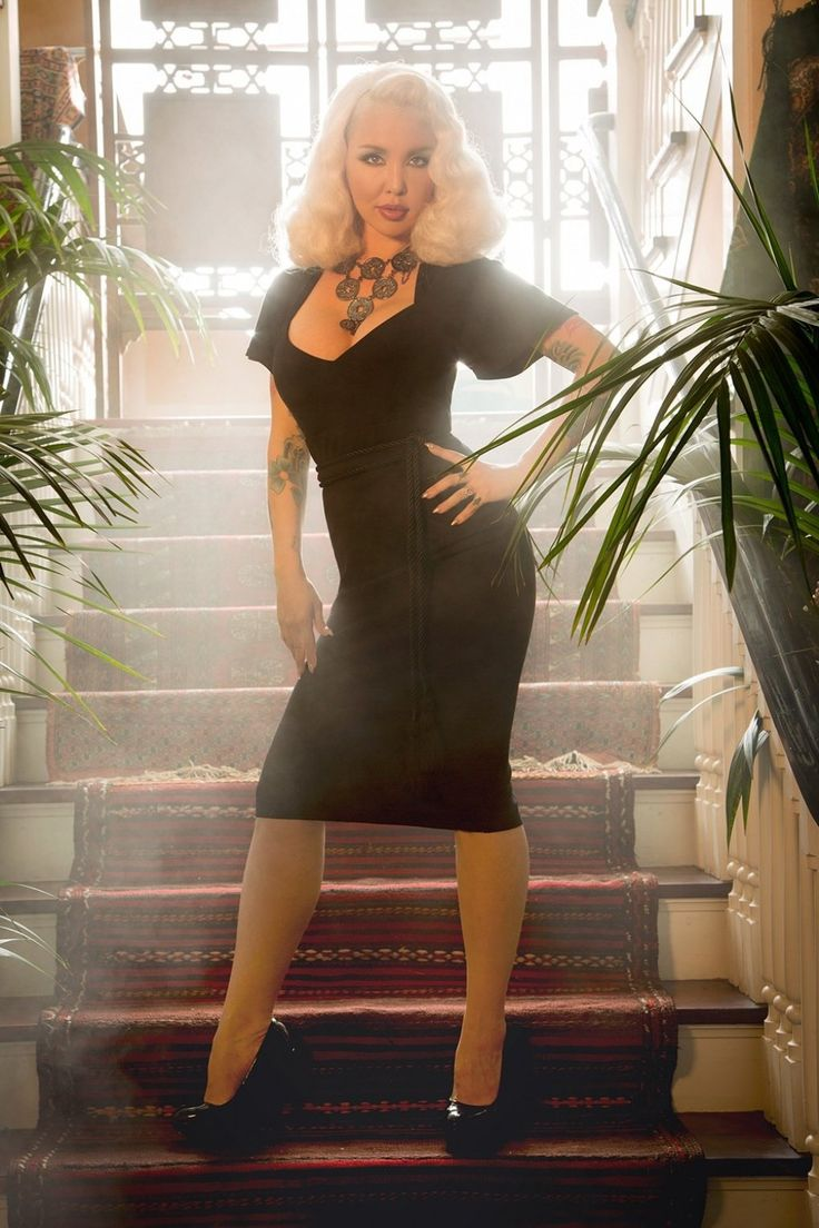 Deze 50s Venus Pencil Dress is vernoemd naar de godin van liefde, schoonheid en andere aangename activiteiten en ontworpen door gast PUG designer Body Positive Ambassador Elizabeth Claire Taylor!Deze beauty creëert een prachtig silhouet waardoor iedere vrouw zich een godin voelt ;-) Met haar duizelingwekkenddecolleté, korte wijde mouwtjes en curve-loving stijltje is ze een echte eyecatcher. Uitgevoerd in een stretchy zwarte rayonmix die je rondingen prachtig benadrukt. Feel ...