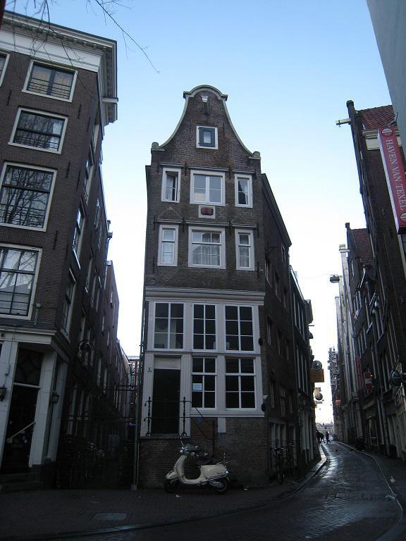 """Amsterdam, Sint Olofssteeg 8, """"Het Jopenvat"""", waar vroeger jopenbier geschonken werd, een biersoort uit Dantzig. - House """"Jopenvat"""" where in the 17th century """"jopenbier"""" was served, a kind of beer imported from Dantzig."""