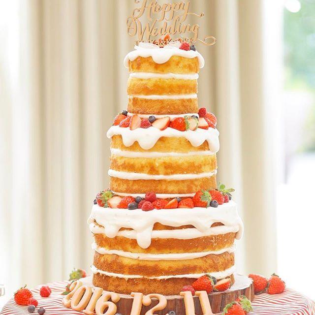 #ウエディングレポ ✨ #ウエディングケーキ は絶対に#ネイキッドケーキ って決めてました🎂❤️ 上にケーキトッパーも置きたいなあ〜と考えてて…オーダーしちゃいました(*ฅ́˘ฅ̀*) .。.:*♡ 名前入りのケーキトッパーなんですが…リボンで隠れてしまいました(笑)💦 ケーキは切株に乗せて欲しい❤ っとゆうお願いも叶えていただきましたᵀᴴᴬᴺᴷ ᵞᴼᵁ ◡̈*✨ ケーキ台は赤と白のストライプ布でフワァ〜と隠してくださりこれもお願いを叶えていただきました❤  そして日付のアイシングクッキーがカワイイ( *´꒳`*)੭⁾⁾ #ヴィラアンジェリカ近江八幡  #結婚式#ウエディングケーキ #ネイキッドケーキ #marry花嫁#marry花嫁図鑑 #marry#marryxoxo#ウエディングニュース #juno4u#farnyレポ#ハナコレ #ウエディングレポ  #ウエディングフォト #justmarried#wedding #weddingcake #ナチュラルウエディング #卒花嫁#卒花#滋賀花嫁#ちーむ1211 #日本中の卒花嫁さんと繋がりたい…