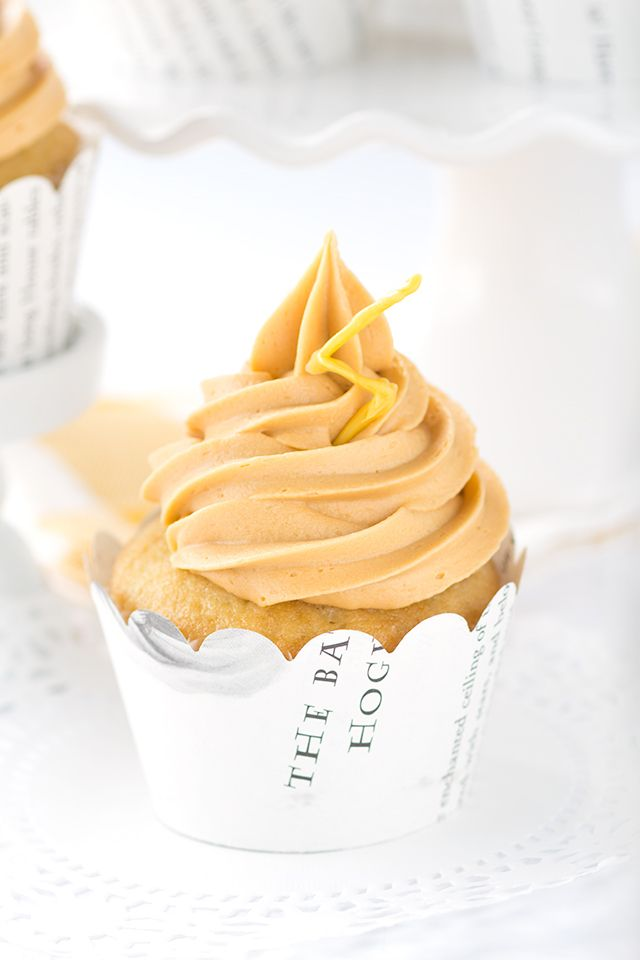 Butterbeer Cupcakes - vanilla cream soda cupcakes with a butterscotch cream soda frosting. It's the perfect cupcake!