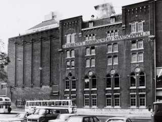 In 1867 vestigde zich aan de Stadhouderskade de bierbrouwerij van Gerard Adrianus Heineken. Een nieuw brouwhuis in rationalistische stijl naar ontwerp van J. Schotel en B.J. Ouëndag en, op de hoek met de Ferdinand Bolstraat, een sober expressionistisch gebouw met gistkelders uit 1933-1934. In 1864 nam Gerard Heineken de kwijnende Amsterdamse brouwerij 'De Hooiberg' over. Hij verplaatste de brouwerij van de binnenstad naar de – toen nog buiten de stad gelegen – Stadhouderskade.