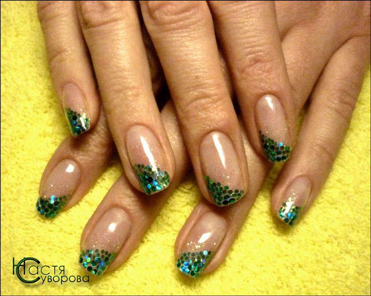 Натуральные ногти укреплены био-гелем с зелеными блестками 2014.