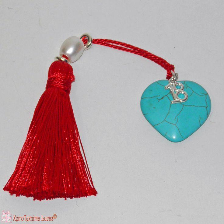 Ημιπολύτιμη καρδιά πάστα τυρκουάζ, δεμένη με εντυπωσιακή κόκκινη φούντα σε γούρι για το 2018 και διακοσμημένη με χάντρες. Ένα υπέροχο, συμβολικό δώρο για καλή υγεία και αγάπη για τη νέα χρονιά. Good luck charm 2018 made of one semi precious turquoise heart shaped stone - decorated with a beautiful red tassel, beads and a metal charm of 2018
