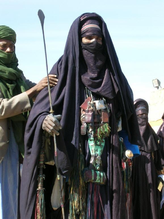 "Africa | ""Best Dressed"" participant at the Festival de l´Air 2005. Iferouane, Niger | © Günter Heckenhahn | Festival de l´Air is a large Tuareg Festival."