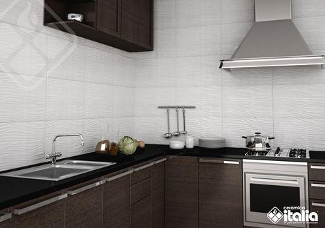 Este tipo de producto blanco va bien con cualquier estilo y da protagonismo a la decoración de tu #Cocina y a tu toque personal de diseño, su acabado estructurado resalta el espacio y le da mayor dinamismo. #CocinasPequeñas #DiseñoCocinas #CerámicaItalia